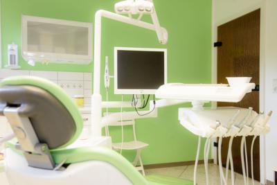 Zahnarzt Köln-Ostheim - Kroll & Apostologlou - ein Behandlungszimmer unserer Praxis